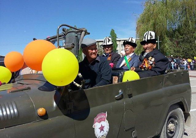 Таласские ветераны въехали на площадь города на военной машине.