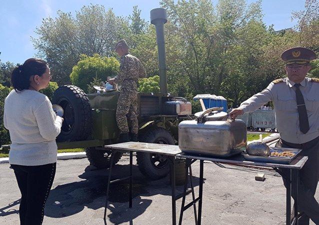 Генеральный штаб Вооруженных сил КР и Госкомитет по делам обороны развернули палатки с традиционным угощением — солдатской кашей и фронтовыми ста граммами.
