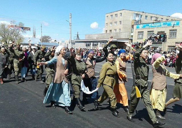 Участники парада, посвященная 72-й годовщине Победы в Великой Отечественной войне в Балыкчи