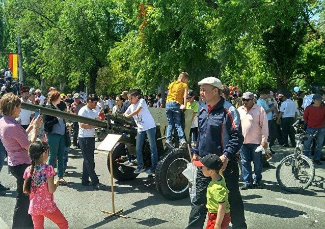 Экспозиция военной техники пользуется невероятным успехом у детей — все хотят сфотографироваться на фоне танка и потрогать кузов военной техники.