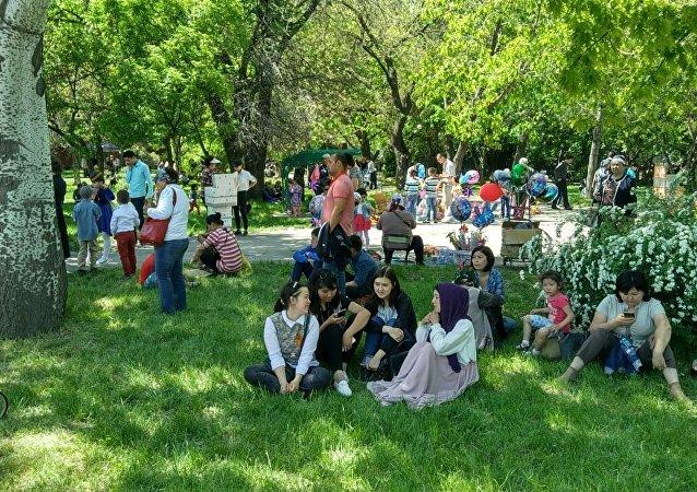Отдыхающие в Бишкеке празднуют 72-годовщину Дня Победы