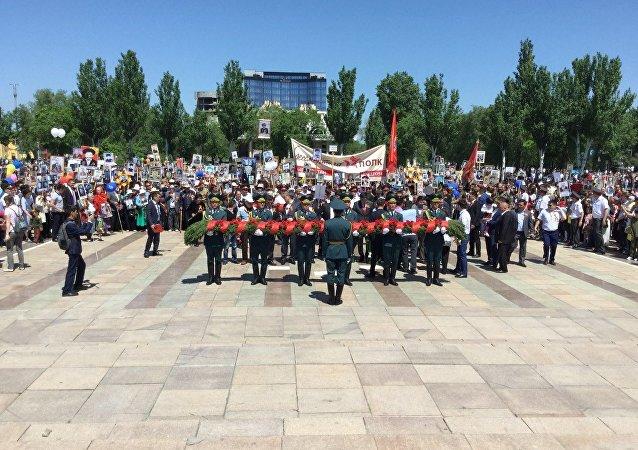 Участники шествия Бессмертного полка в Бишкеке по случаю Дня Победы в Великой Отечественной войне