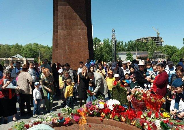 Многотысячная колонна Бессмертного полка дошла до Площади Победы.