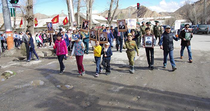 Шествие началось от мемориала памяти героев ВОВ и завершилось в центральном парке Нарына.