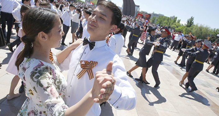 Почти полторы тысячи человек станцевали Майский вальс для ветеранов и участников акции Бессмертный полк