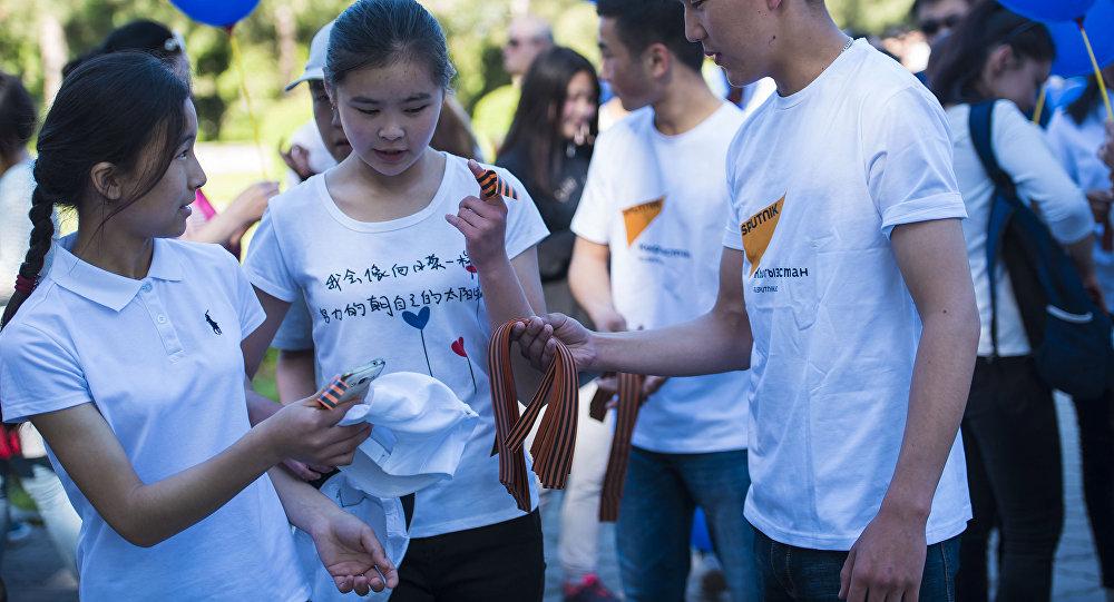 В рамках празднования Дня Победы информационное агентство и радио Sputnik Кыргызстан вручило участникам акции Бессмертный полк георгиевские ленточки