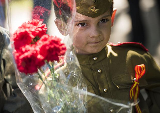 Мальчик на шествии Бессмертного полка в Бишкеке по случаю 72 годовщины со Дня Победы в Великой Отечественной войне