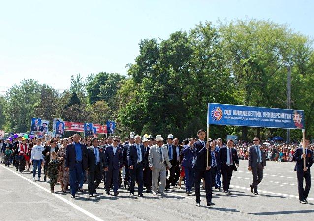 Участники шествия Бессмертного полка в Оше по случаю 72 годовщины со Дня Победы в Великой Отечественной войне