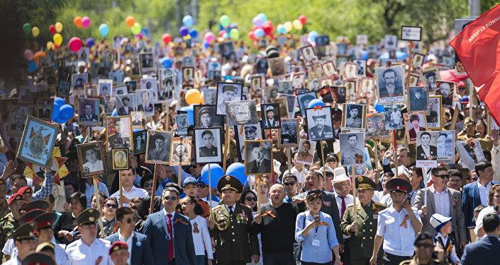 Участники шествия Бессмертного полка в Бишкеке по случаю 72 годовщины со Дня Победы в Великой Отечественной войне. Архивное фото