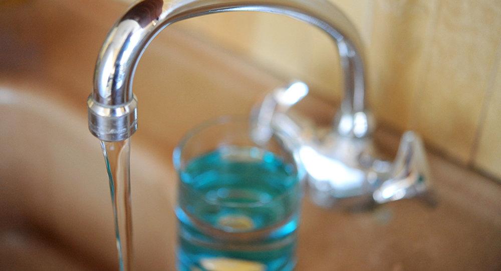 Кран из которого течет вода. Архивное фото