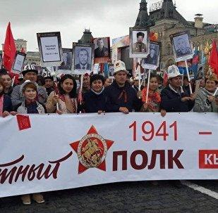Бүгүн Москва шаарында өткөн Өлбөс полк жүрүшүнө ак калпак кийген кыргызстандыктар дагы катышты