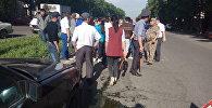 Бишкекте жол чийинден өтүп бараткан кызды унаа коюп кеткен