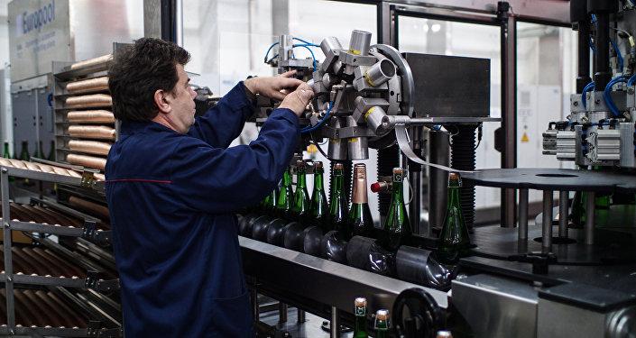 Шампан чыгаруучу заводдун кызматкери. Архивдик сүрөт