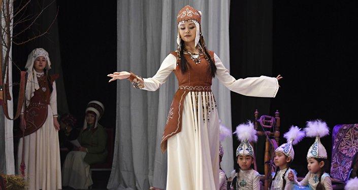 Модель дефилирует в традиционном кыргызском костюме. Архивное фото