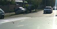 На пересечении улиц Бакаева и Гагарина машина врезалась в столб