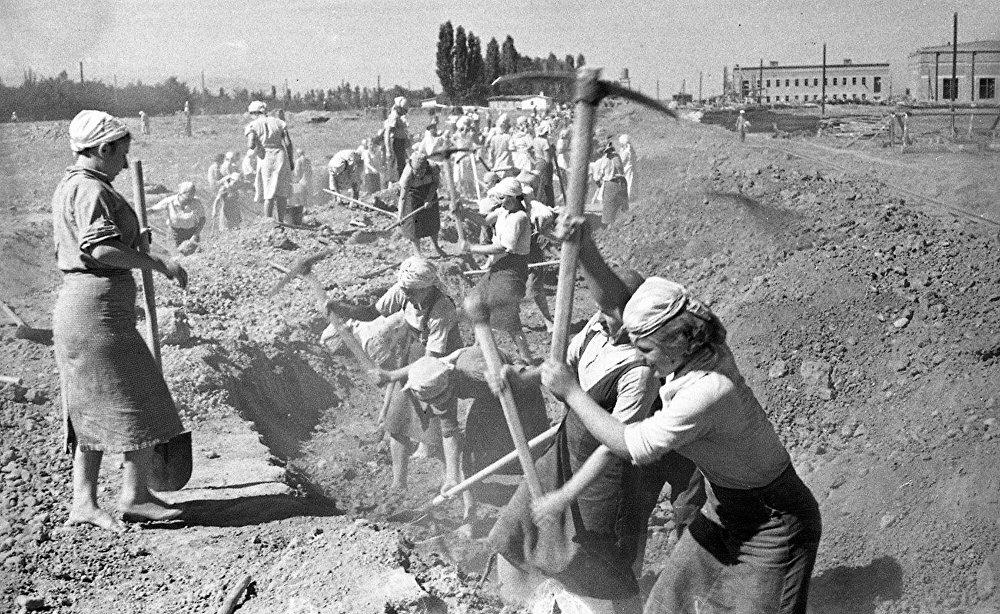 В годы Великой Отечественной войны женщинам пришлось взвалить на свои хрупкие плечи мужскую работу. На фото: участницы строительства Большого Чуйского канала.