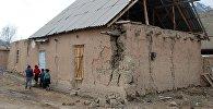 Жители одного из сел айыл окмоту Жекенди в Чон-Алае, пострадавшая от сильного землетрясения. Архивное фото