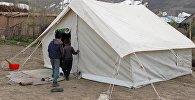 Чоң-Алайдагы жер үйдө жашаган адамдар. Архивдик сүрөт