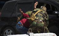 Представители силовых структур Кыргызстана задерживают условного террориста. Архивное фото