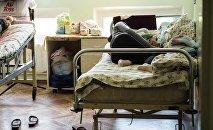 Женщина с новорожденным в родильном доме. Архивное фото