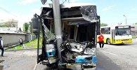 В Алматы внедорожник Gelandewagen столкнулся с пассажирским автобусом