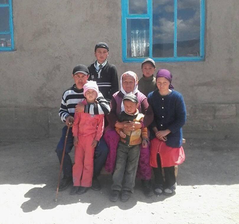 Выпускники школы села Кара-Суу Кочкорского р-на закончившие 20 лет назад, строят дом для многодетной семьи