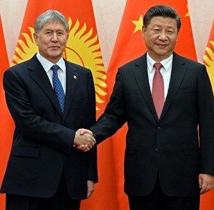 Президент Алмазбек Атамбаев жана  Кытай Эл Республикасынын төрагасы Цзиньпин менен жолугушуусунда. Архивдик сүрөт