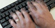 Человек за работой на компьютере. Архивное фото
