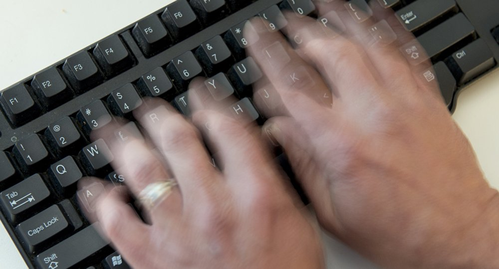 Компьютерде иштеген киши. Архивдик сүрөт