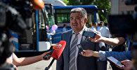 Мэр Бишкека Албек Ибраимов на презентации новых автобусов большой вместимости перед зданием мэрии города. Архивное фото