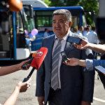 Градоначальник во время презентации новых автобусов большой вместимости
