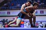 Борец Нургазы Асангулов и спортсмен из Китая Худжюн Цанг на Чемпионате Азии по греко-римской борьбе в Нью-Дели (Индия)
