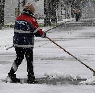 Сотрудница ГБУ Гормост убирает снег на Ленинском проспекте в Москве. Архивное фото
