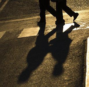 Пешеходы на дороге. Архивное фото