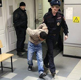 Подозреваемый в соучастии теракта в петербургском метро доставлен в Октябрьский районный суд Санкт-Петербурга для решения вопроса о его аресте. Решение выносится в отношении шести подозреваемых.