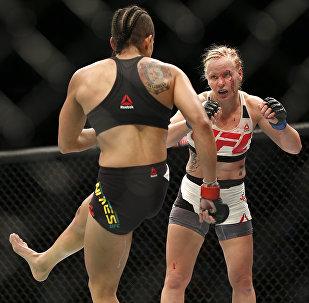 Архивное фото тайбоксера из Кыргызстана Валентины Шевченко во время боя в рамках UFC 196 с представительницей Бразилии Амандой Нуньес в Лас-Вегасе