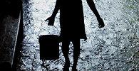 Женщина с ведро. Архивное фото
