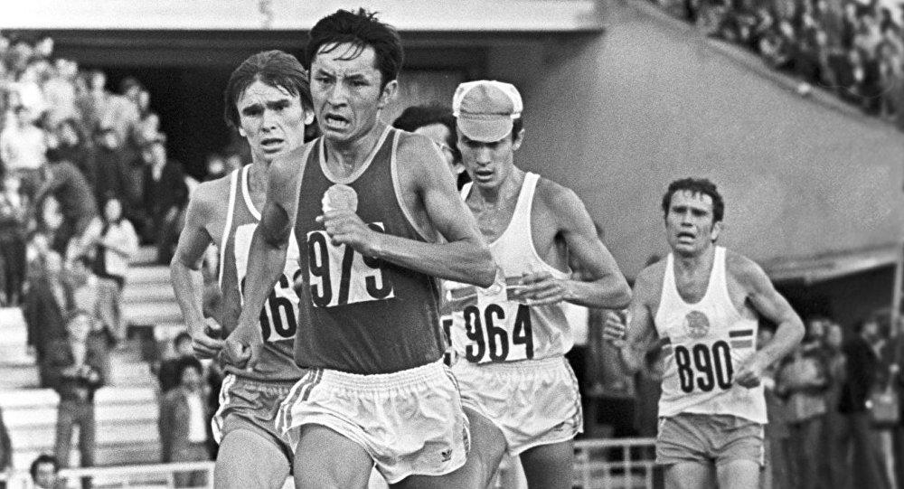Член олимпийской сборной СССР Сатымкул Джуманазаров на марафонской дистанции. Архивное фото