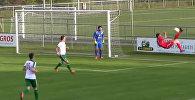 Футболист забил эффектный гол в свои ворота ударом через себя
