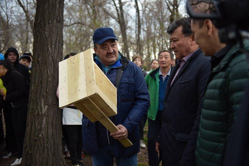 Албек Ибраимов во время мероприятий по санитарной очистке города