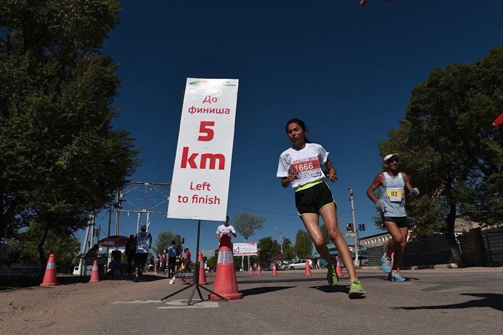 Катышуучулар төрт дистанцияда: марафон (42,2 чакырым), жарым марафон (21,2 чакырым), ошондой эле 10 жана беш чакырымга чуркашты