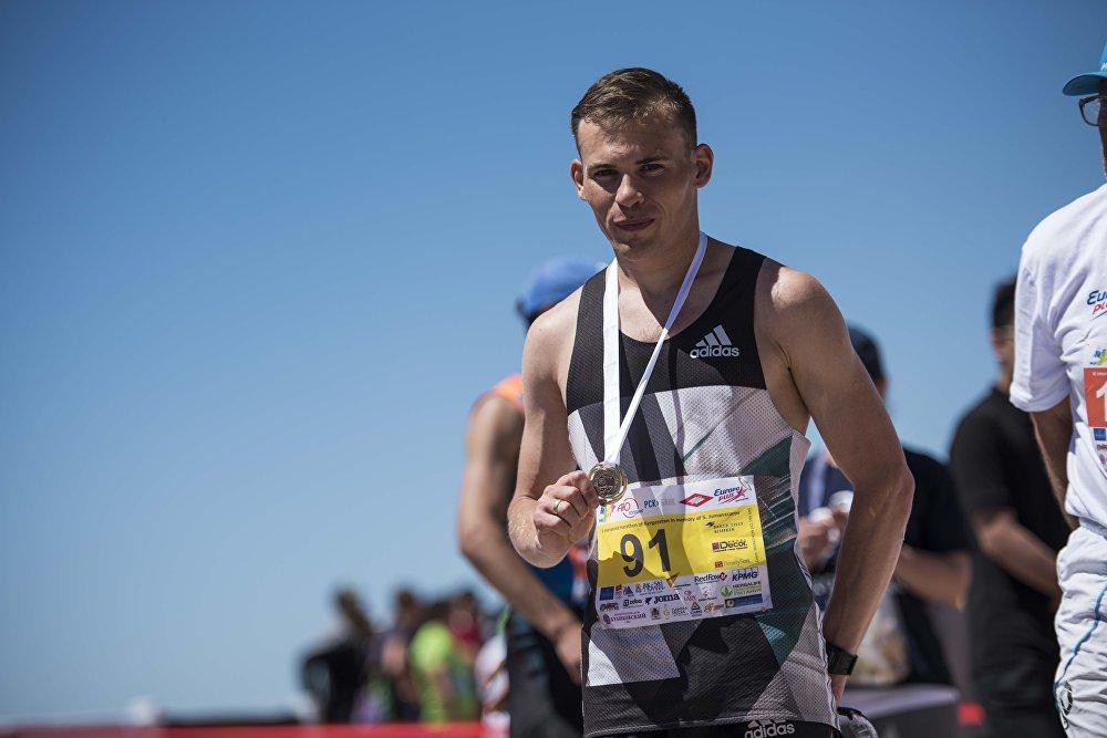 2 саат 35 мүнөт 26 секунддун ичинде 42, 2 чакырымды багынткан кыргызстандык Илья Тяпкин мыкты марафончу аталды
