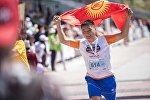 Участник ежегодного международного марафона Run the Silk Road на побережье Иссык-Куля. Архивное фото