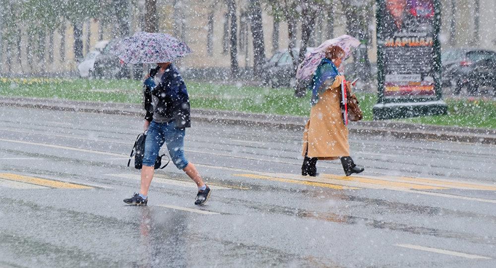 Пешеходы переходят дорогу. Архивное фото