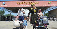 Люди проходят через пограничный пропускной пункт на кыргызско-узбекской границе в Кара-Суу на юге Кыргызстана.Архивное фото