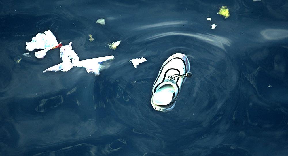 Детская обувь в воде. Архивное фото