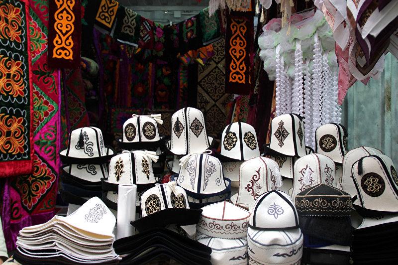 Национальный головной убор ак калпак на рынке в городе Ош
