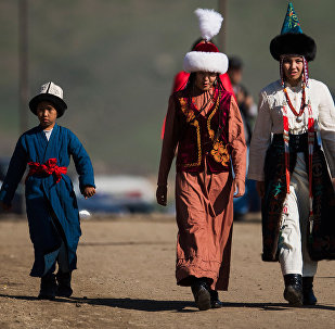 Люди в национальных костюмах. Архивное фото