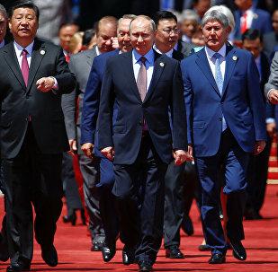 Пекин калаасында 14-15-майда Азия, Европа жана Африканы байланыштырып, дүйнөлүк сооданын өнүгүшүнө өбөлгө болчу Жаңы жибек жолу ири долбоорунда президенттер