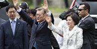 Избранный президент Южной Кореи Мун Чжэ Ин с супругой Ким Ченг Сук после прибытия в президентский Голубой дом в Сеуле, Южная Корея, 10 мая 2017 года